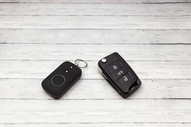 Chiave dell'automobile con controllo remoto dell'allarme sullo sfondo in legno