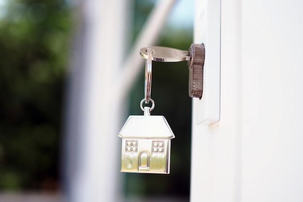 Chiave di casa per sbloccare la nuova porta di casa. affittare, comprare, vendere case