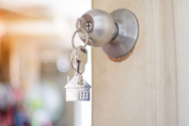Chiave di casa sulla porta. focalizzazione morbida.