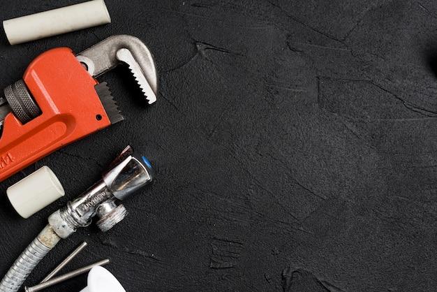 Chiave e attrezzature per l'impianto idraulico