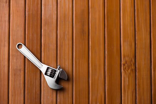 Chiave regolabile su legno