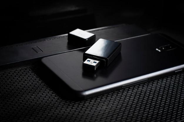 Chiavetta usb e smartphone sopra il computer. posto sulla scrivania / messa a fuoco selettiva