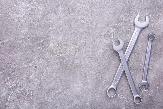 Chiavi combinate per la riparazione su sfondo grigio