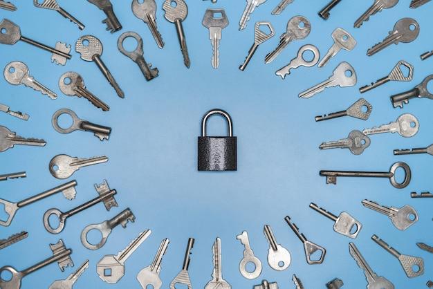 Chiavi impostare e bloccare il concetto, sfondo blu, protezione degli affari e della casa