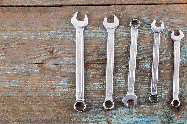 Chiavi o chiavi regolabili su legno, utensili manuali di base. con spazio di copia