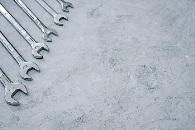 Chiavi. set di chiavi per strumenti di riparazione. serie di chiavi di diverse dimensioni e diametri. disteso.