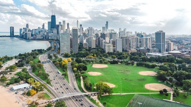Chicago skyline aerea drone vista dall'alto, il lago michigan e la città di chicago downtown grattacieli paesaggio urbano vista degli uccelli dal parco, illinois, usa
