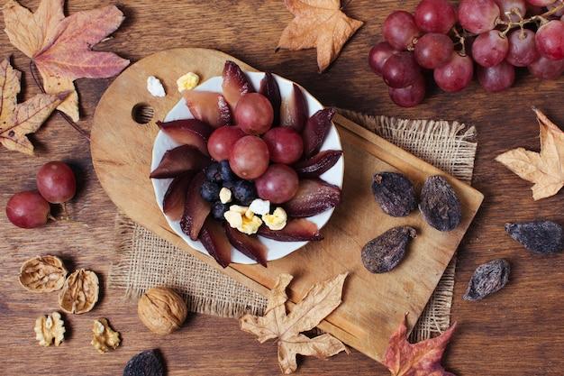 Chicche piatte distese sul piatto accanto alle foglie