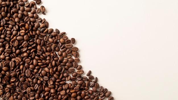Chicchi di caffè ad angolo sinistro con spazio di copia