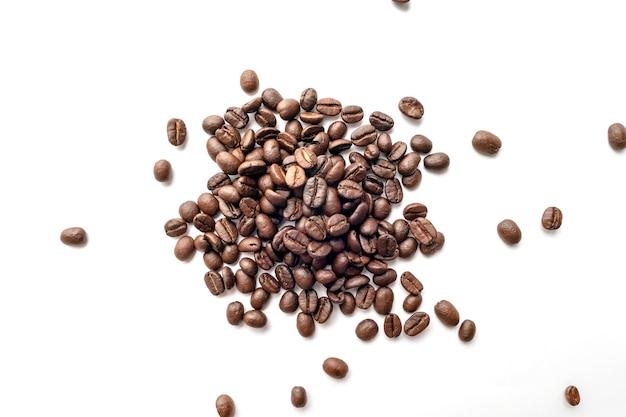 Chicchi di caffè arrostiti isolati su priorità bassa bianca. avvicinamento.