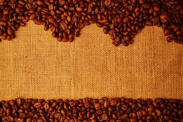Chicchi di caffè arrostiti su fondo di licenziamento