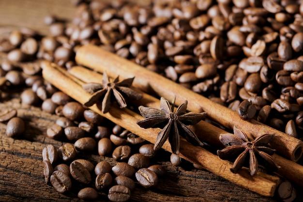 Chicchi di caffè arrostiti sul fondo della tavola in legno