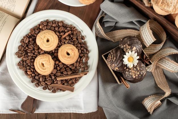 Chicchi di caffè, biscotti e praline di cioccolato. vista dall'alto