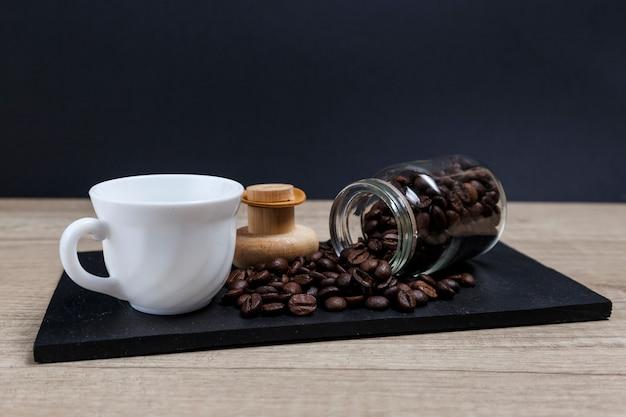 Chicchi di caffè che escono dal barattolo