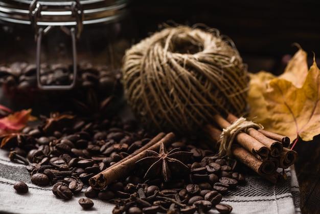 Chicchi di caffè con spezie