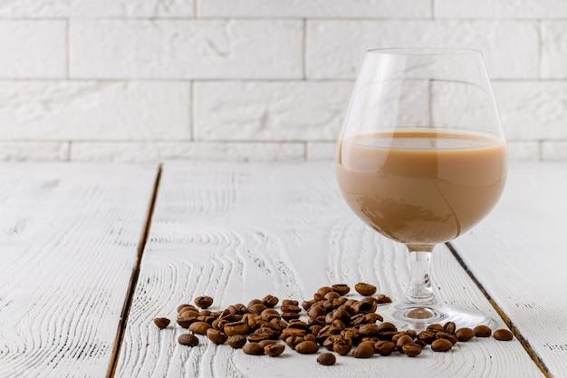 Chicchi di caffè dalla tazza di ceramica bianca