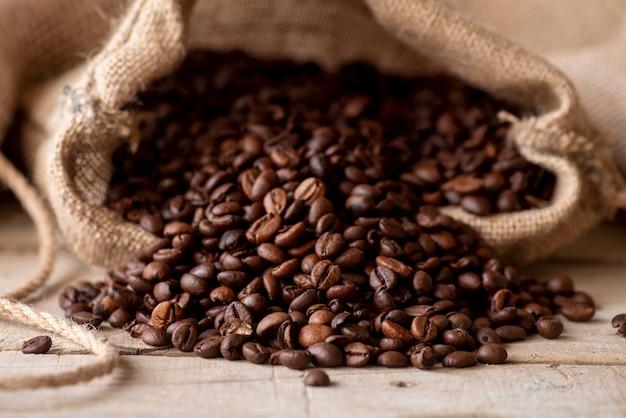 Chicchi di caffè di vista frontale in sacco di iuta