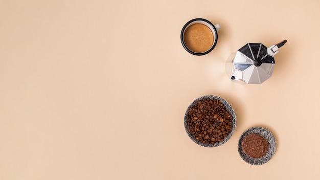 Chicchi di caffè e bevanda al caffè