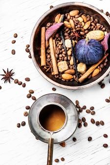 Chicchi di caffè e caffè