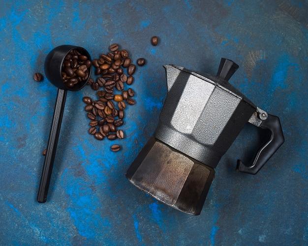 Chicchi di caffè e caffettiera