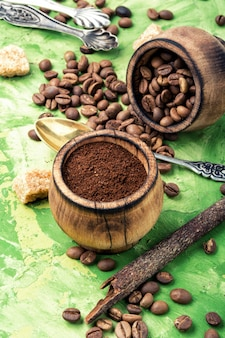 Chicchi di caffè e motivi