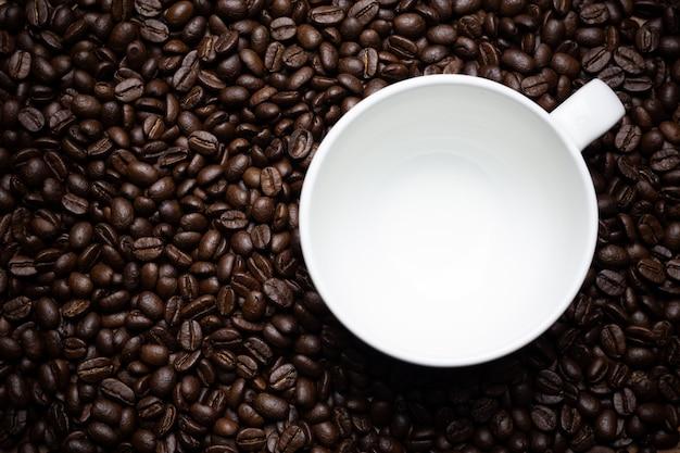Chicchi di caffè e tazza di caffè.
