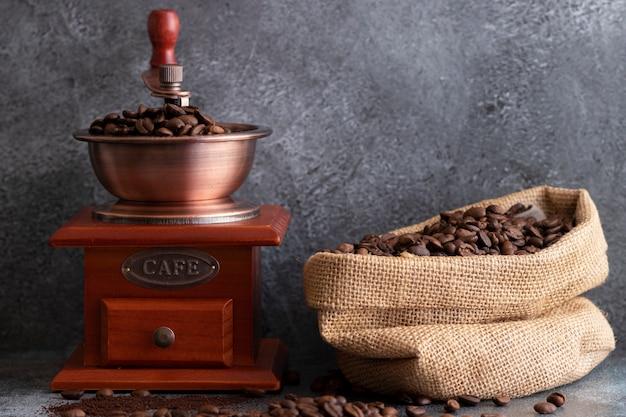 Chicchi di caffè e una smerigliatrice di legno