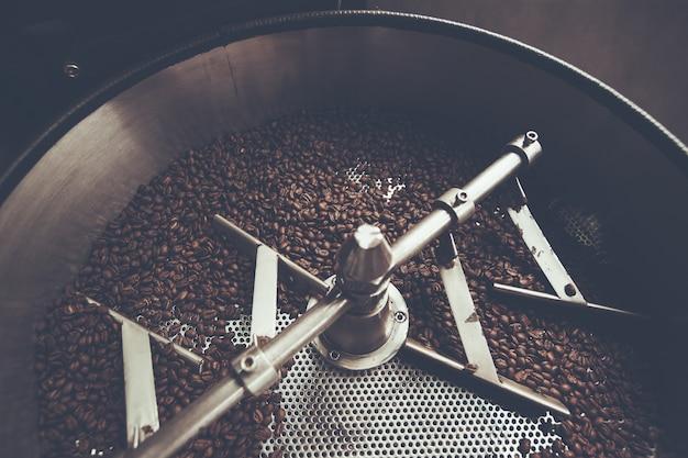 Chicchi di caffè in arrosto, caffè arabica tostato, colore vintage style. tailandia