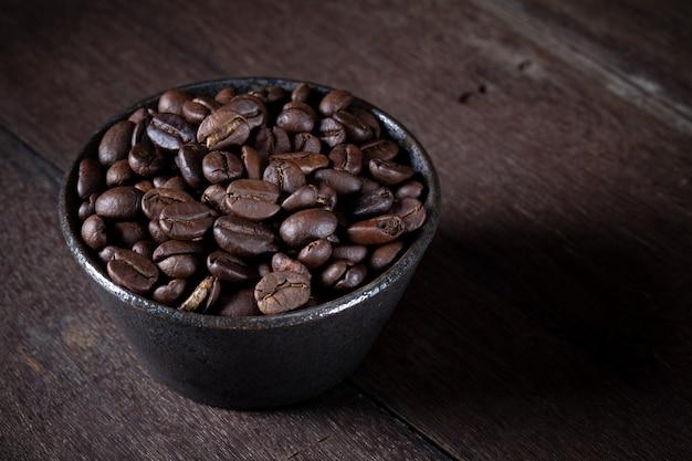 Chicchi di caffè in ciotola marrone