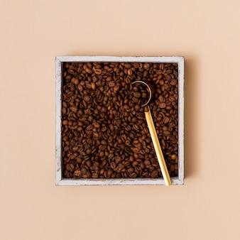 Chicchi di caffè in un contenitore