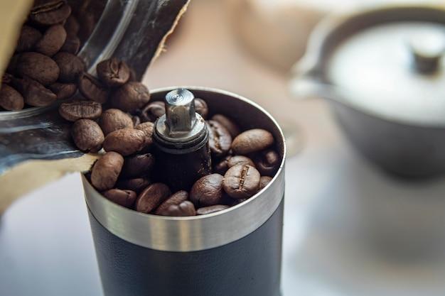 Chicchi di caffè in una smerigliatrice a mano