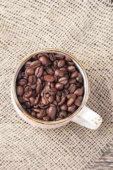 Chicchi di caffè in una tazza. vista dall'alto