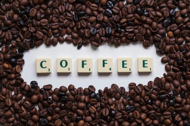 Chicchi di caffè intorno alla scrittura