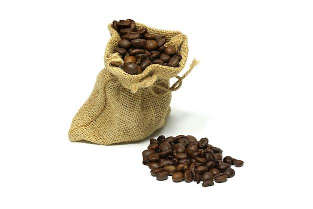 Chicchi di caffè isolati in un sacco di tela da imballaggio