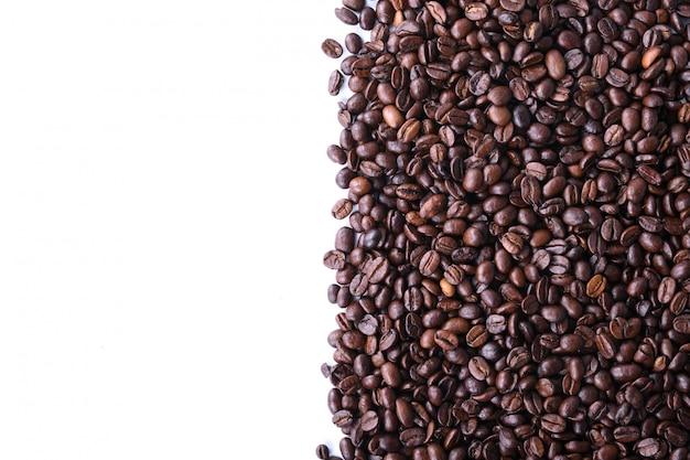 Chicchi di caffè isolati su sfondo bianco