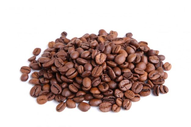 Chicchi di caffè isolati su un bianco
