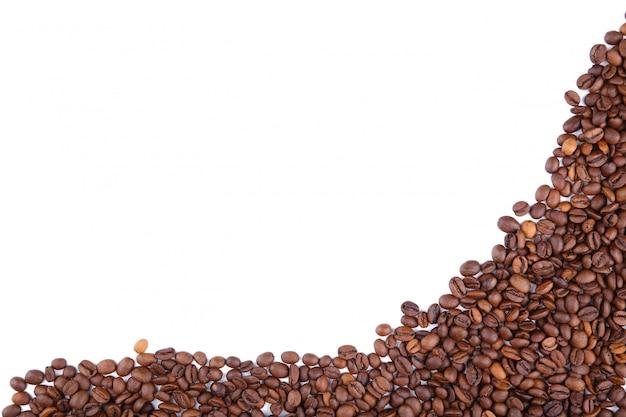 Chicchi di caffè isolati su uno sfondo bianco.