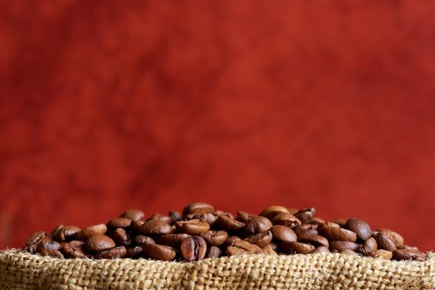 Chicchi di caffè nel primo piano della borsa. copia spazio.