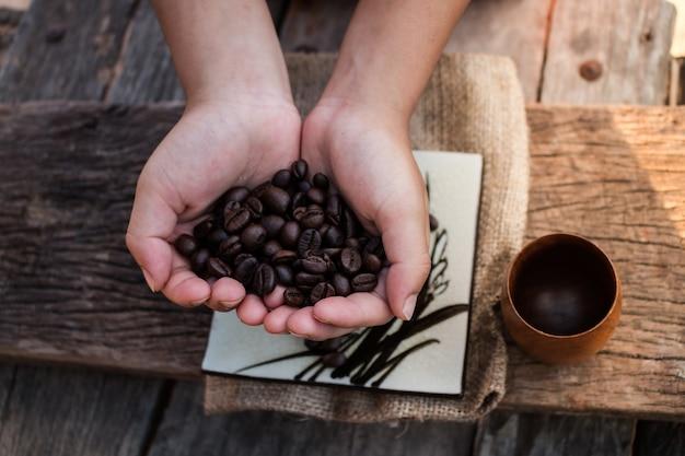 Chicchi di caffè nelle mani dei bambini