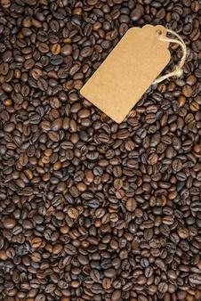 Chicchi di caffè scuri e l'etichetta. vista dall'alto.
