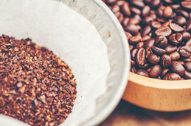 Chicchi di caffè su fondo di legno, caffè arabica, immagine di filtro dell'annata