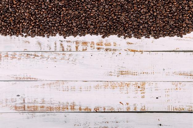 Chicchi di caffè su fondo di legno rustico