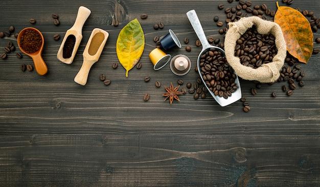 Chicchi di caffè su legno scuro.