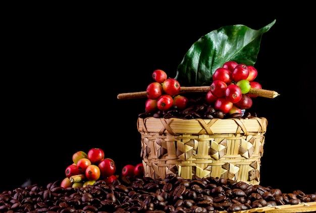 Chicchi di caffè su legno