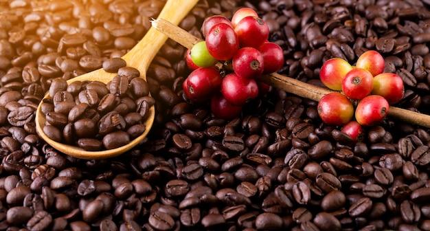 Chicchi di caffè. su una rotazione di fondo in legno