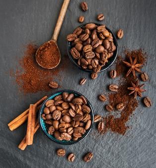 Chicchi di caffè su una superficie nera