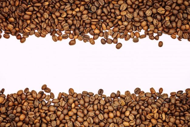 Chicchi di caffè su uno sfondo bianco.