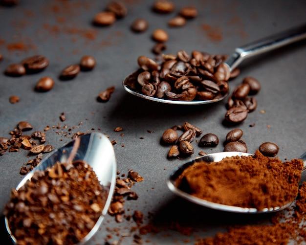 Chicchi di caffè sul cucchiaio di ferro