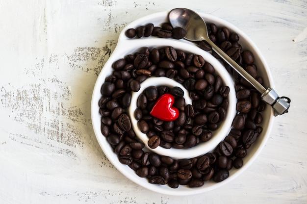 Chicchi di caffè sul tavolo rustico