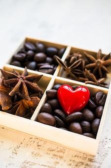 Chicchi di caffè sulla scatola rustica